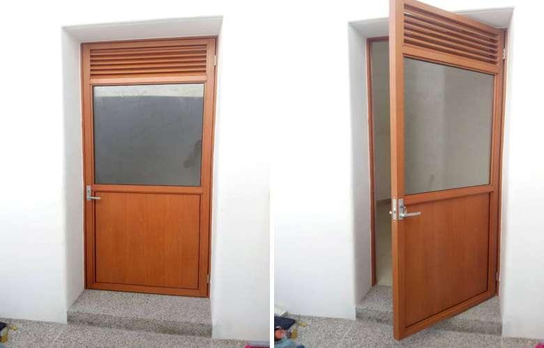 Puerta de aluminio con cristal puertas de entrada for Puertas color madera